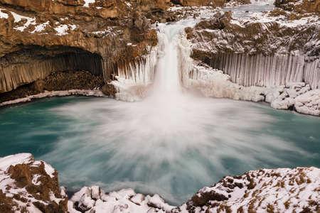 Aldeyjarfoss, isländischer Wasserfall, abgerundet von Basaltsäulen Standard-Bild
