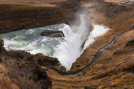 Gullfoss, amazing and giant icelandic waterfall in autumn 版權商用圖片 - 138434410