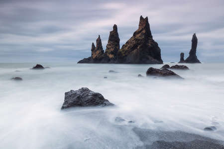 Reynisdrangar, basaltic rock formations close to Vik 版權商用圖片