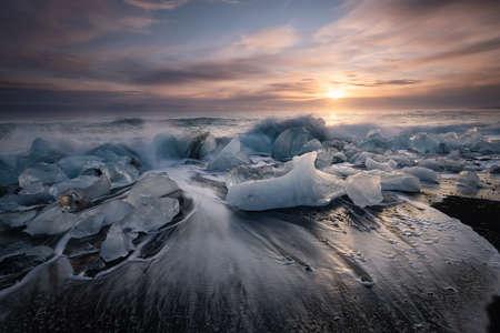 Diamond beach, ice blocks in a black sand beach Imagens