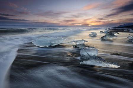 Diamond beach, ice blocks in a black sand beach 版權商用圖片