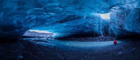 Ice cave at jokulsarlon glacier in Iceland 版權商用圖片