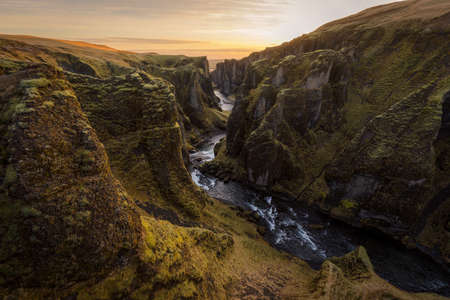 Fjadrargljufur canyon, a great gorge in Iceland 版權商用圖片 - 140550927