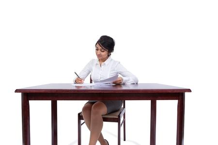 Aantrekkelijk zakenvrouw het schrijven van notities op haar bureau Stockfoto