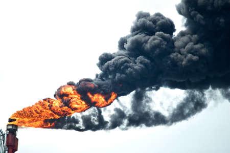 Starke Rauchentwicklung aus Industrieschornstein die Umwelt zu belasten