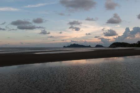Plage tropicale au beau coucher de soleil fond de la nature