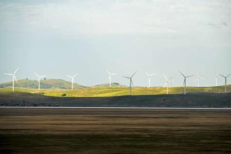 ferme d'�oliennes sur une colline en Australie Banque d'images