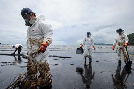 p�trole brut sur d�versement d'huile sur Ao Prao Beach sur l'�le de Samet sur Juillet 31,2013 � Rayong, Tha�lande �ditoriale