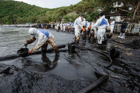 oil spill: petrolio greggio dal petrolio incidente fuoriuscita di Ao Prao all'isola Samet luglio 31,2013 a Rayong, Tailandia