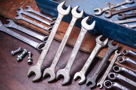 Sale ensemble de Cl� sur une bo�te � outils  fond de cru avec un outils Banque d'images