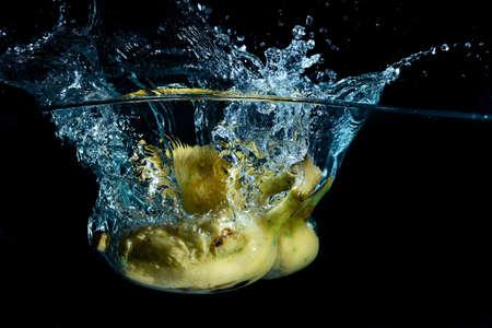 bananes nettoy�s dans un bol d'eau