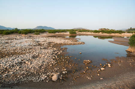 Les dunes de sable de la rivi�re Khong et usine d'eau. Banque d'images