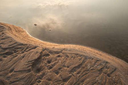 Les dunes de sable de la rivi�re Khong et l'usine de l'eau. Banque d'images