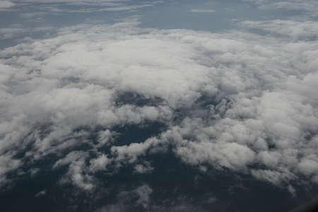 Ensoleill� fond de ciel r�sum�, beau Cloudscape, sur le ciel, vue sur les nuages ??blancs moelleux, le concept de la libert� Banque d'images