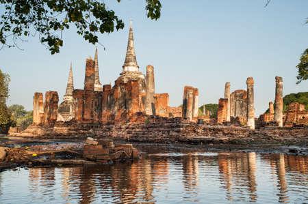Inondation à ancien temple en parc historique d'Ayutthaya, Moyen de la Thaïlande.