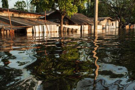 Les routes et les rues de la ville de Bangkok sont inondées