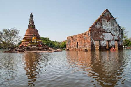 Temple inondé historique à Ayutthaya, Thaïlande
