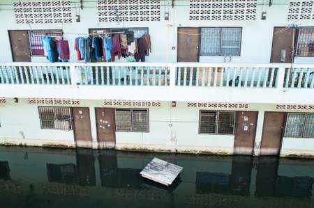 Bâtiment inondé pendant la saison de la mousson à Bangkok, Thaïlande