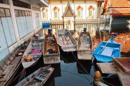 les eaux de crue dépassent temple en Thaïlande