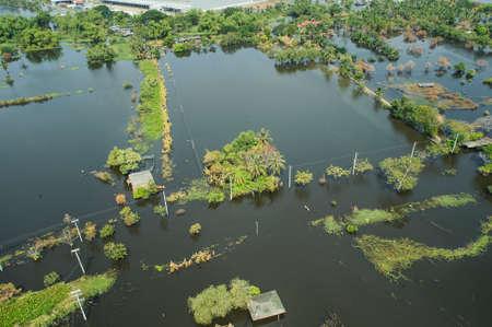 Les eaux de crue dépassent une ville sous forme Thaïlande vue de haut