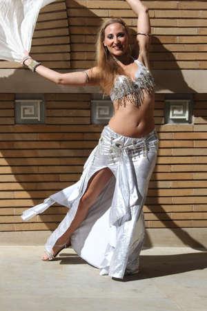 bailarinas arabes: Bailarín aire libre