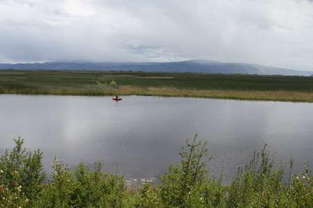 klamath에서 호수에서 낚시하는 남자의보기 폭포 야생 동물 보존