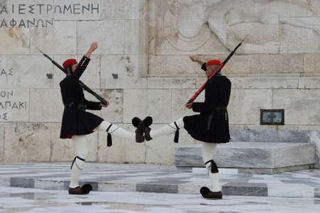 Chaning van wachten bij het Griekse Parlement Redactioneel