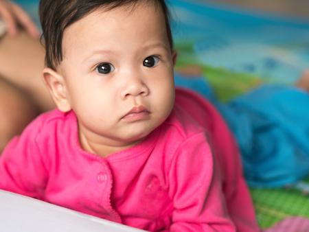 bebe gateando: Beb� asi�tico que se arrastra en el suelo.