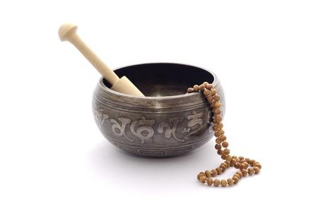 singing bowl: Campane tibetane e rosario di legno isolato su uno sfondo bianco. Archivio Fotografico