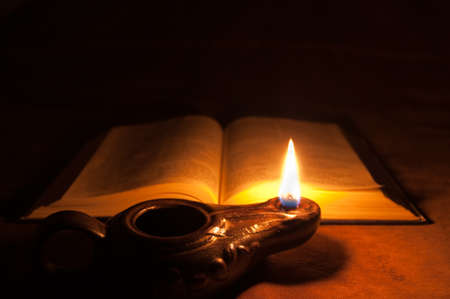 bible ouverte: Bible et lampe � huile