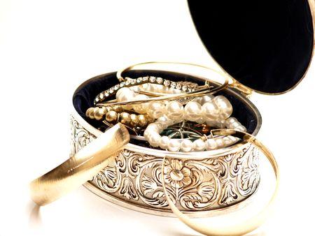 Schmuck-Box mit schöner Musterung und voller Jewelries auf weißem Hintergrund