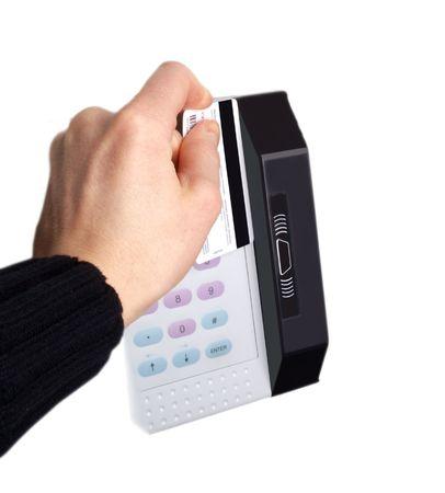 Jemand eine Magnet-Karte auf einem digitalen Gerät, auf weißem Hintergrund schieben