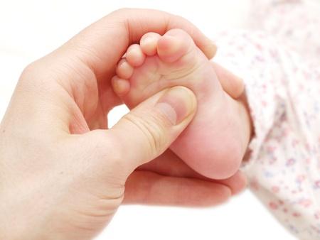 Ein Baby-Empfang Fußmassage, auf weißem Hintergrund