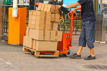 Una forchetta camion carrello elevatore retrattile con la pila di scatole Archivio Fotografico