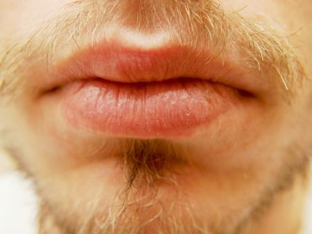 Closup von trockenen Lippen männlich, mit Bart umgeben Lizenzfreie Bilder