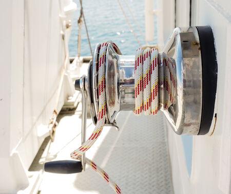 hand crank: Cuerda blanca y roja en torno con manivela en un buque