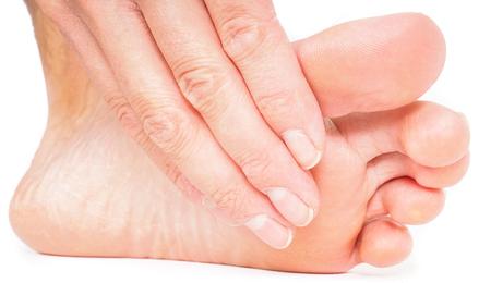 pedicura: Persona que tenga pedicura, tirando de la mano con los pies hacia el fondo blanco