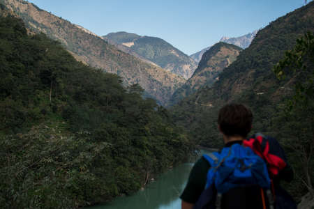 Man hiking in Nepal, looking out over Marshyangdi river and the mountains 版權商用圖片