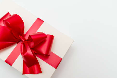 Top view Cristmas white gift box present red bow white studio background. Standard-Bild