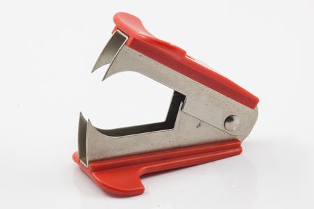 grapa: removedor de grapas de color rojo aisladas sobre fondo blanco Foto de archivo