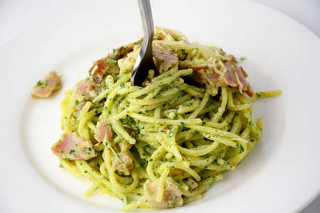 Spaghetti with pesto and bacon, italian dinner Banque d'images