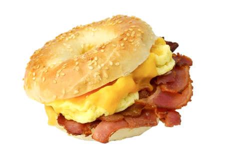 huevos estrellados: Bagel con tocino frito, huevos revueltos y queso cheddar, el estudio aislado