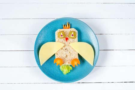 아이들을위한 아침 식사 : 접시에 재미있는 건강 샌드위치 스톡 콘텐츠