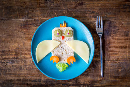 aliments droles: Healthy lunch for kids: funny vegetable sandwich on plate Banque d'images