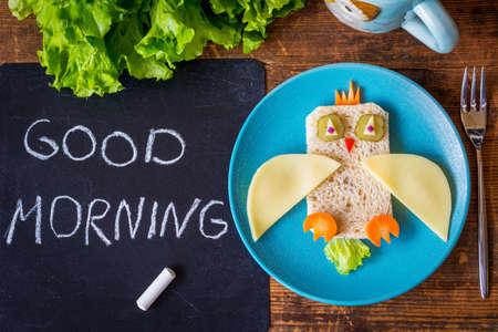 petit dejeuner: D�jeuner sain pour les enfants: dr�le sandwich de l�gumes sur la plaque Banque d'images