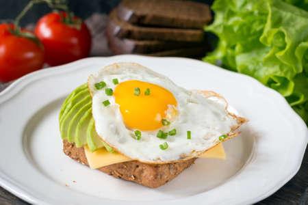 건강 한 아침 식사에 대 한 전체 곡물 토스트에 달걀, 아보카도, 치즈까지 써니 사이드