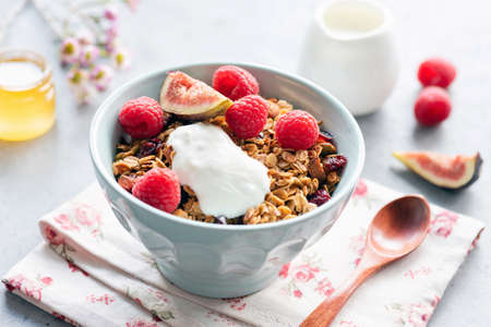 Homemade crunchy granola with yogurt and fruits in bowl. Healthy breakfast, healthy eating concept Фото со стока