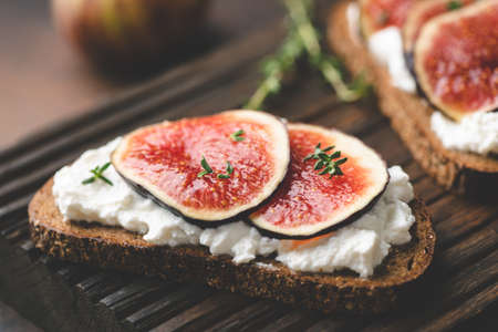 Ricotta cheese and figs on rye bread toast. Healthy appetizer or snack. Фото со стока - 129780753