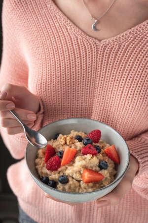 Woman Eating Oatmeal Porridge With Berries, Healthy Breakfast, Clean Eating, Dieting, Vegan Lifestyle Concept 스톡 콘텐츠