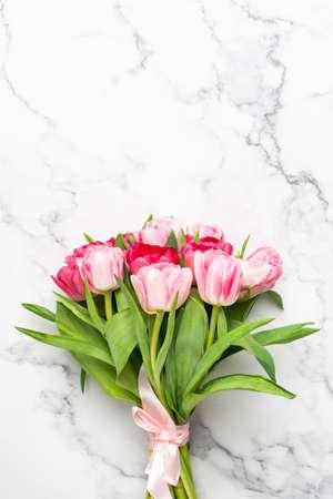 大理石背景上的粉红色郁金香花束与文本或设计的复制空间